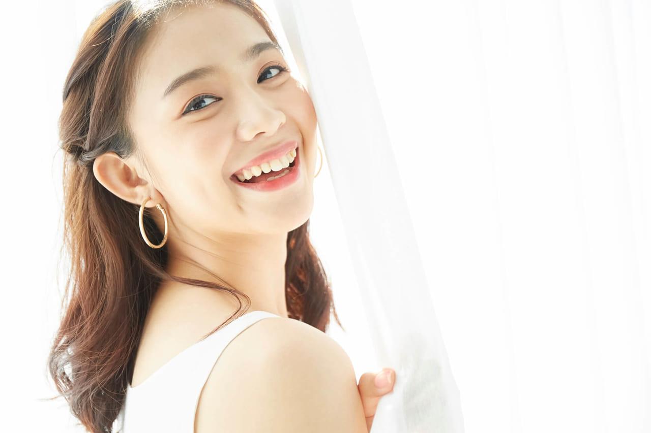 笑顔の女性モデル